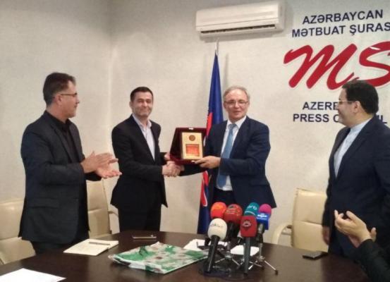 دیپلم افتخار به مسئول رسانه ای سفارت ایران در باکو اعطا شد